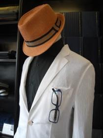シフォンジャケットと黒コットンの開襟シャツ